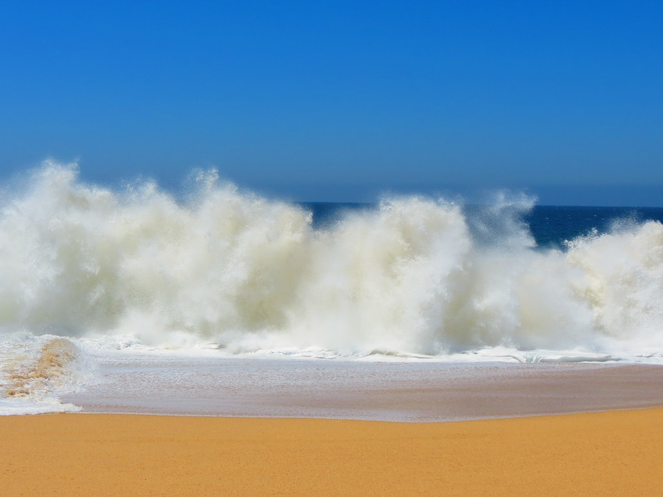 crashing-waves-lovers-beach